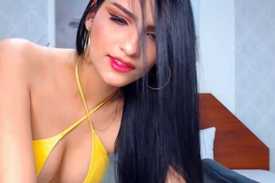 Brunette Temptress Deliciously Sexy Show